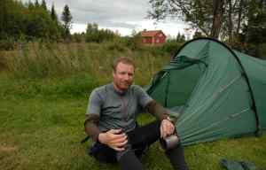 Patrick in Schweden vor seinem Zelt