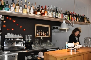 Maya hinter Bar