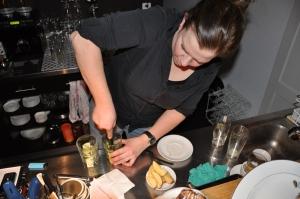 Maya beim Cocktail mixen